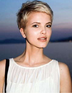 Blonde Pixie Pixie Wavy Theron Short Lawrence Blonde De - June 01 2019 at Short Pixie Haircuts, Pixie Hairstyles, Short Hair Cuts, Cool Hairstyles, Short Hair Styles, Popular Hairstyles, Hair Images, Hair Pictures, Corte Y Color