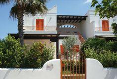 La villetta Antares può ospitare fino a otto persone. E' finemente arredata in stile mediterraneo