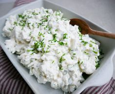 vegetarisk sommeropskrift aubergine med tomatsauce og creme fraiche v Diet Recipes, Vegetarian Recipes, Healthy Recipes, Pesto, Tzatziki, High Protein Low Carb, Good Food, Food And Drink, Snacks