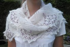 Knitting and company: Aeolian shawl, put beads with a hook - scarf Knitted Poncho, Knitted Shawls, Crochet Scarves, Knitting Projects, Knitting Patterns, A Hook, Knit Crochet, Couture, Beads