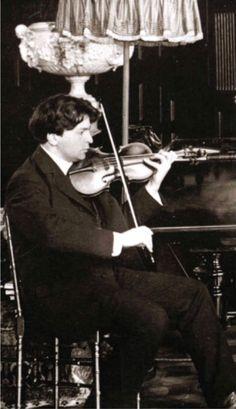 Playlists este una dintre rubricile permanente ale revistei Gramophone. Este vorba despre recomandarea unei discografii după un anumit criteriu. Violin, Music Instruments, People, Musical Instruments, People Illustration, Folk