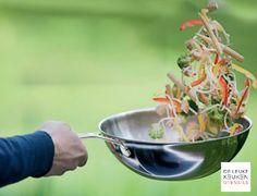 Hoeveel likes voor dit prachtexemplaar? De Demeyere Industry wok heeft een diameter van 30 cm en een inhoud van 4,7 liter. De wokpan is gemaakt van 5-laags roestvrij staal met een aluminium kern. Dit materiaal zorgt voor een optimale warmteverdeling. Gebruik de Demeyere Industry wok voor het roerbakken van groenten, vlees en vis!