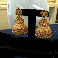 Indian Jewelry Earrings, Gold Jhumka Earrings, Jewelry Design Earrings, Gold Earrings Designs, India Jewelry, Antique Earrings, Jhumka Designs, Ruby Jewelry, Jewelry Necklaces
