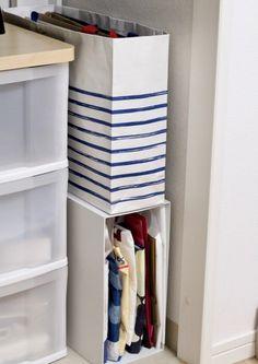 ついつい増えてしまう紙袋の整理にも。ここがいっぱいになったら捨てる、というルールを決めておくと、さらにきれいが長続きしますよ。 Muji Storage, Kitchen Storage, Home Organization, Organizing, Konmari Method, Declutter Your Home, Dream Closets, Staying Organized, Cool Rooms