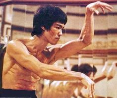 Bruce Lee, Enter The Dragon Bruce Lee Fotos, Bruce Lee Art, Bruce Lee Martial Arts, Bruce Lee Master, Martial Arts Movies, Martial Artists, Bruce Lee Body, Eminem, Bruce Lee Pictures