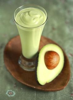 3 Avocado Smoothie Recipes - Sinh to Bo (Vietnamese), Jus Alpukat (Indonesian) and Batida de Abacate (Brazilian) Substitute agave for sugar cup agave for 1 cup sugar) Avocado Smoothie, Avocado Shake, Coconut Smoothie, Raspberry Smoothie, Juice Smoothie, Smoothie Drinks, Healthy Smoothies, Healthy Drinks, Green Smoothies