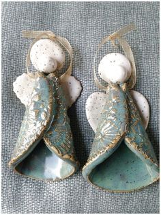 Pottery Angel Ornaments by Karen Lucid See More… Keramik Engel Ornamente von Karen Lucid Mehr sehen… Polymer Clay Christmas, Christmas Ornaments To Make, Clay Ornaments, Angel Ornaments, Xmas, Pottery Gifts, Handmade Pottery, Ceramic Pottery, Pottery Art