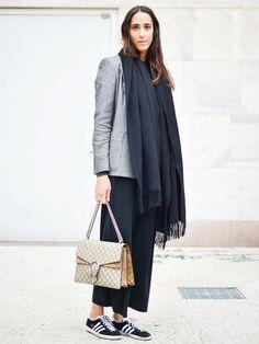 It-Bag von Gucci? Klingt luxuriös, fast ein wenig schnieke. Man kann eine teure Designerhandtasche aber auch lässig und sportlich stylen, wie man an diesem Streetstyle-Outfit hier sieht.
