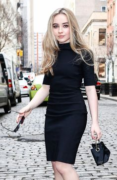 Sabrina Carpenter Black mini polo neck and mini bag Sabrina Carpenter Outfits, Taylor Swift, Girl Meets World, Celebs, Celebrities, Look Fashion, American, Celebrity Style, Casual Outfits