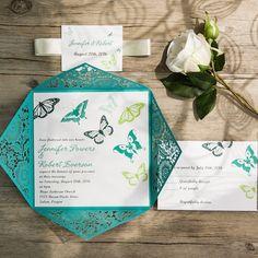Invitaciones con corte láser en teal con mariposas al tono.