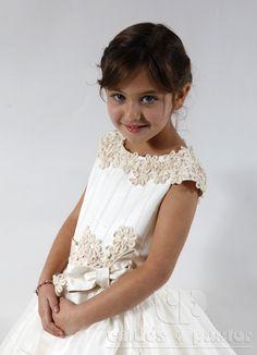 Diseño de Inés para Valdés Pastor.   Vestido en seda rústica marfil, trabajada con nervios y apliques flores.