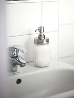 Sustainability in the bathroom - make liquid soap yourself - Nachhaltigkeit und Minimalismus - Scatter Rugs, How To Fold Towels, Housekeeping Tips, All Purpose Cleaners, No Waste, Natural Cleaners, Clean Living, Liquid Soap, Bathroom Towels