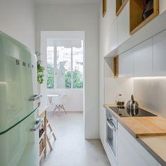 Decoração de apartamento pequeno, decoração minimal, paredes brancas, porta de madeira, cozinha, clean.