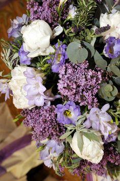 Morado, blanco y verde para las flores.
