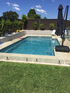 Swimming Pool Design Ideas is based on what can be done with the space in the backyard or garden. A backyard that is too big can be cramped; backyard big Beautiful Minimalist Swimming Pool Design Ideas In Backyard on Small Space on Budget Swimming Pool Landscaping, Small Swimming Pools, Small Backyard Pools, Backyard Pool Designs, Small Pools, Swimming Pools Backyard, Swimming Pool Designs, Garden Pool, Backyard Ideas