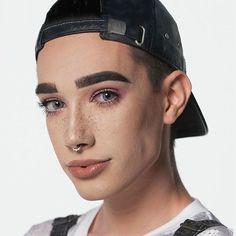 Face à une nouvelle génération dinfluenceurs brisant le tabou du make-up au masculin lindustrie de la beauté fait voler en éclats les frontières du genre à coups de cosmétiques 100% mixtes. Une façon de réinventer à grand renfort de marketing le maquillage comme un outil dexpression personnelle loin des stigmates dune féminité standardisée. Photo : @CoverGirl @JamesCharles. #CoverGirl #MakeUp #GenderNeutral #Unisex #GenderFluid #JamesCharles #Influencer #Freckles #Piercing #Eyes #Boy…