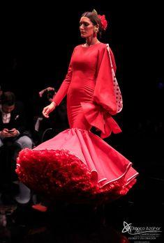 Pedro Béjar nos maravilla con #OMNIUM donde #BlancoAzahar ha tenido el placer de colaborar con sus #Floresdeflamenca . Simof 2018 - Salón Internacional de Moda Flamenca 2018 en Fibes Sevilla. Colección que toma el nombre originario de la localidad natal del diseñador, #Hinojos. #PedroBéjar #moda #fashion #ModaFlamenca #Sevilla #TrajesdeFlamenca #Simof #photography by @LolaMontiel Victorian, Dresses, Fashion, Xmas, Orange Blossom, Flamingo, Vestidos, Moda, Fashion Styles