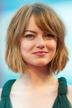 visit for more Emma Stone: Roter Short Bob mit Pony ! The post Emma Stone: Roter Short Bob mit Pony ! appeared first on kurzhaarfrisuren. Top Hairstyles, Hairstyles For Round Faces, Short Hairstyles For Women, Hairstyle Short, Chin Length Hairstyles, Hairstyle Ideas, Bangs Hairstyles Sideswept, Bob Hairstyles For Thick Hair, Wave Hairstyle