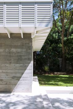Loggia in Arcadia by Luigi Rosselli Architects | exposed concrete blades wall | © Edward Birch #LuigiRosselliArchitects #LuigiRosselli #Architecture