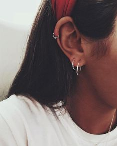 46 Ear Piercings for Women Beautiful and Cute Ideas Ear piercings are always hot! In other words, they can make you look totally different from the rest. Ear piercing is not just limited to the standar… Ear Piercing For Women, Cute Ear Piercings, Multiple Ear Piercings, Tongue Piercings, Ear Jewelry, Cute Jewelry, Jewelry Accessories, Jewellery, Jewelry Ideas