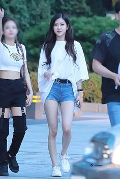 Rose jennie, kpop girls, korean fashion, blackpink fashion, fashion i Blackpink Outfits, Korean Outfits, Summer Outfits, Casual Outfits, Fashion Outfits, Blackpink Fashion, Winter Fashion, Color Fashion, Fashion Today