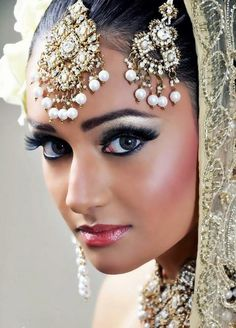 That's a beautiful example of an asian bridal makeup. It's traditionally more defined makeup, the eyes are my favourite part of the look, they really stand out. Indian Makeup, Indian Beauty, Arabic Makeup, Bridal Makeup, Wedding Makeup, Beautiful Eyes, Beautiful People, Beautiful Bride, Hey Gorgeous