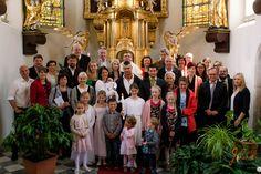 Taufe von Anna Models: Anna und Familie Foto: Daniel Janesch Canon EOS 30D, Canon EF24-70mm f/2.8L USM, 24mm, ƒ/7.1, 1/100s, ISO 800 #taufe #baptism #katholisch #catholic #kirche #church #gold #mutter #mother #vater #father #taufpate #godfather #kerze #candle #taufkerze #baptismcandle #glücklich #gluecklich #happy #gruppenfoto #groupphoto #hostienschrein #hostileshrine #tabernakel #tabernacle #engel #angel #familie #family