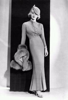Mary Pickford Podemos decir, que la década de los años 30, comienza con el cierre de la Bolsa de NY en 1929, y la consecutiva cri...