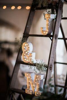 Leuchtzeichen Initialen auf Leiter   Mehr zu dieser Real Wedding auf http://www.hochzeitsplaza.de/real-weddings/rustikale-country-hochzeit-im-herbst-julia-und-matt   Raelene Schulmeister Photography  #hochzeit #realwedding #love #inspiration #inspo #signs #leuchtzeichen #hochzeitsdeko #deko #vintage