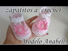 Crochet Baby Shoes With Flower From 0 To 3 Months - Crochet Ideas Crochet Sandals, Crochet Baby Shoes, Crochet Baby Booties, Cute Baby Shoes, Baby Girl Shoes, Baby Girl Crochet Blanket, Baby Shoes Pattern, Baby Slippers, Thread Crochet