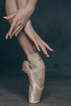 Vaganova Ballet Academy student Maria Khoreva, photographed by Katerina Kravtsova. Dance Photos, Dance Pictures, Ballerinas, Ballet Dancers, Dancers Pose, Pointe Shoes, Ballet Shoes, Vaganova Ballet Academy, Ballet Feet