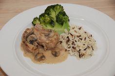 Mørbrad med champignon a la creme kan være fed med ren piskefløde, og derfor er denne udgave med en blanding af hønsefond og fløde. Her serveret med dampet broccoli og vilde ris. Foto: Guffeliguf.dk.
