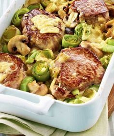 Medaillons auf Pilz-Porree-Gemüse Rezept: Porree,Champignons,Schweinefilet,Öl,Salz,Pfeffer,Majoran,Schlagsahne,Gemüsebrühe,Speisestärke,Gouda