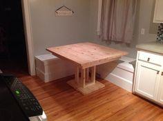 Wir haben auch einen Tisch gemacht, aber es ist noch eine Arbeit in Arbeit.  Unser nächster Schritt ist es, Kissen und Kissen hinzuzufügen und evtl. ein Rückdenken über Wainscoting zu beenden und den Raum zu definieren.