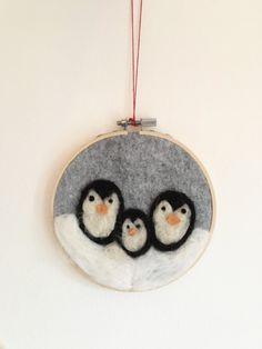 Pinguin-Familie als Weihnachtsdekoration. Christmas Ornaments, Holiday Decor, Crafts, Etsy, Home Decor, Snow Flakes, Christmas Decor, Ideas, Homemade Home Decor