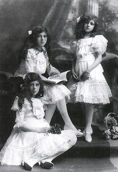∴ Trios ∴ the three graces & groups of 3 in art and photos - Sisters at the turn of the century Vintage Children Photos, Vintage Girls, Vintage Pictures, Old Pictures, Vintage Images, Old Photos, Photo Vintage, Victorian Photos, Old Photography