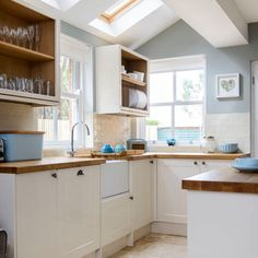 Pale blue and cream kitchen Duck-egg walls, cream Shaker-style units and wooden worktops create a light, fresh feel in this country kitchen. Pale blue kitchen accessories complete the look. Kitchen Ideas Pale blue and cream kitchen Kitchen Wall Colors, Kitchen Paint, New Kitchen, Kitchen Ideas, Kitchen Country, Duck Egg Blue Kitchen Walls, Kitchen Grey, Wooden Worktop Kitchen, Kitchen Small