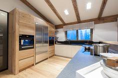 Die moderne #Küche mit Top-Ausstattung macht das #Landhaus zum Traumobjekt. Villa, Kitchen Cabinets, Home Decor, Penthouse Apartment, Real Estate Agents, Kitchen Contemporary, Farm Cottage, Farmhouse, Luxury