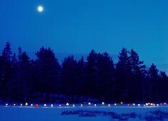 Nos dejamos llevar por un instante por la magia que transmiten esta especie de lámparas led, que acampan en medio de la naturaleza para conquistar la oscuridad de la noche.