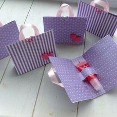 paars-witte tasjes met lipgloss. Daar wordt elk meisje blij van. #giftpackaging