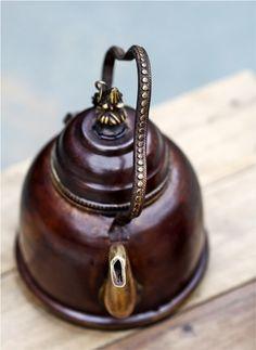 Definitivamente quero uma chaleira assim!    Via Tea, Coffe and Books - http://teacoffeebooks.tumblr.com/post/44951786872