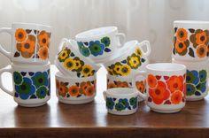 Notre nouveau site danke-galerie.com : ICI Service arcopal lotus comprenant 5 mugs, 5 grandes tasses Ø 6,5cm , et une petite. Prix : vendu Pour commander ce service cliquez ici (mentionnez le titre de l'annonce dans votre mail) Retrouvez nous sur notre... Kitsch, Lotus, Vintage Kitchenware, Vintage Pyrex, Deco Retro, Table Vintage, Shaker Cabinets, Retro Aesthetic, Mid Century Modern Design