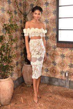 Chanel Iman in einem hauchzarten Blumen-Spitzen-Look. Die Perlenohrringe sind von Jewelmer.