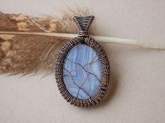 Pendentif wire wrap sur pierre semi-précieuse par oPetitePlumeo sur Etsy  #wirewrap #handmade #instagood #jewelry #pendant #gemstone #love #necklace #tree #petiteplume #opetiteplumeo #boho #gypsie #bohemian #blue lace #agate