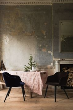 Wabi Sabi soft pink and grey color scheme punctuated by black chairs. Wabi Sabi, Shabby, Home Interior Design, Interior And Exterior, Interior Office, Interior Styling, Casa Wabi, Distressed Walls, Estilo Art Deco