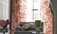 花柄のカーテンがステキ!ソファやまわりの色合いが、あまり主張してない色なので、カーテンの柄と花柄クッションが引き立ちます。
