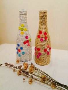 Bottle decor using twine and buttons Wine Bottle Art, Diy Bottle, Wine Bottle Crafts, Jute Crafts, Handmade Crafts, Diy And Crafts, Kids Crafts, Yarn Bottles, Glass Bottles
