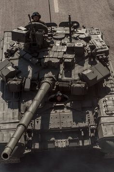 Top view of Russian main battle tank. Military Gear, Military Photos, Military Weapons, Military Equipment, Army Vehicles, Armored Vehicles, World Tanks, T 64, Tank Armor