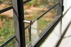 ידית לחלון פרופיל בלגי ברזל, רשת מגנטית שקופה, וסורג מינימליסטי. תובל-מינימל