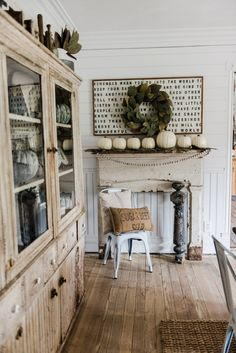 Simple rustic fall farmhouse mantel - Farmhouse fall decor